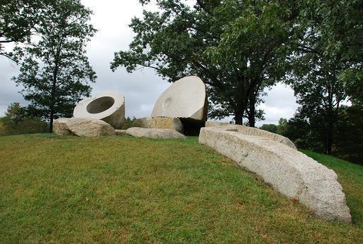 イサム・ノグチの石彫の「桃太郎-momotaro-」